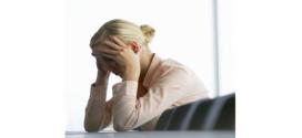 Foto mujer estresada preocupada
