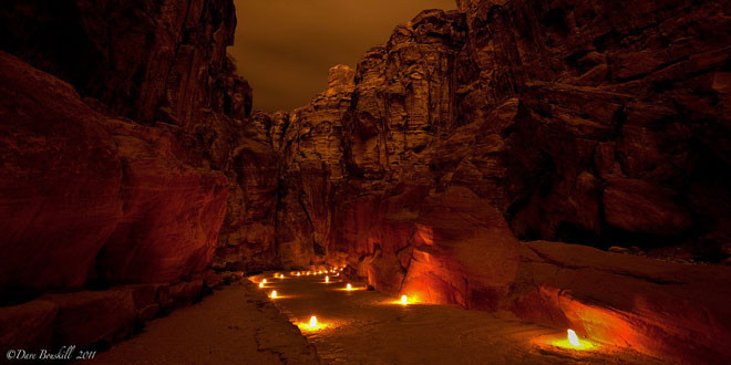 Foto Petra Jordania de noche - camino de luces