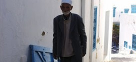 Hombre caminando en Tunez