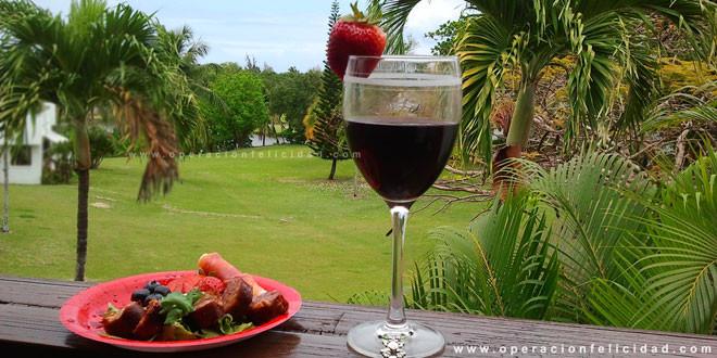 Foto picadera entremeses y copa de vino