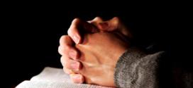 Manos en oración y Biblia - Reflexión Jabes