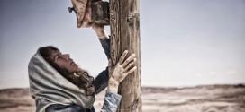 Mujer arrepentida a los pies de la cruz