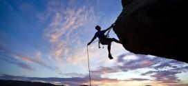 Hombre-escalando-montana-valiente-valentia