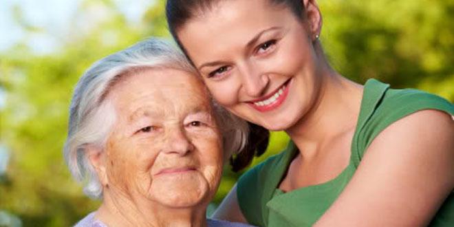 Joven abrazando a anciana